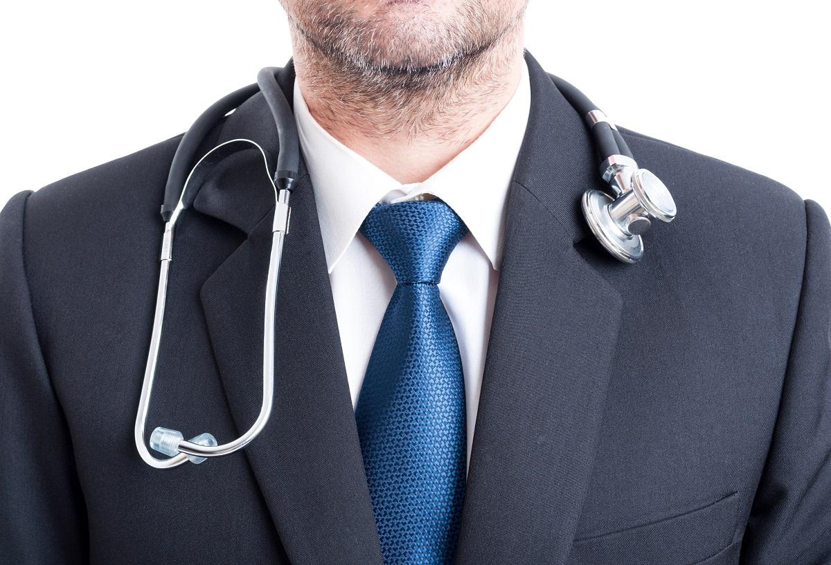 Arzt mit Anzug und Stethoskop